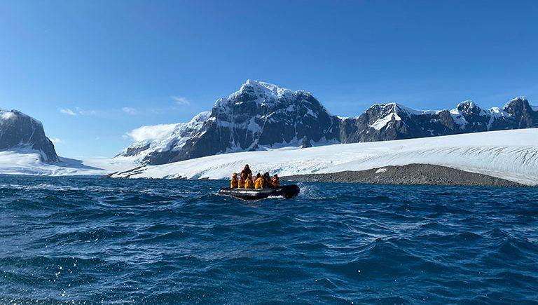 Cruzeiro de Zodiac é a base das explorações na Antártica