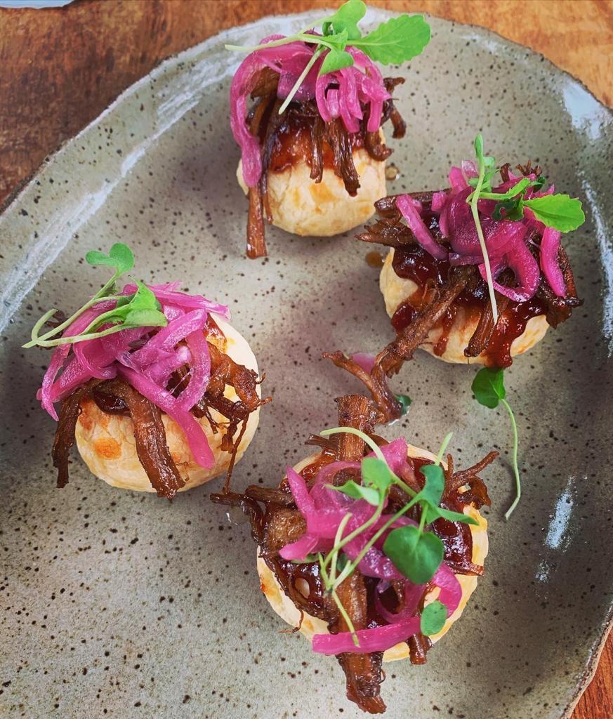 Pão de queijo gruyère com goiabada picante, barriga de porco e picles de cebola roxa do Sítio Gastronomico (Foto: Flávio Ribeiro de Castro)