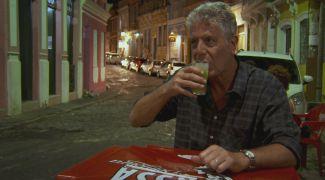 Na Bahia, Anthony Bourdain tomou caipirinha e comeu moqueca de peixe venenoso
