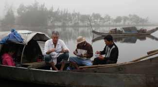 Bourdain entre os cheiros e sabores de um de seus lugares favoritos, o Vietnã