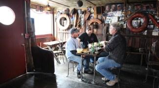 Anthony Bourdain prova 'as melhores ostras do mundo' em Massachusetts