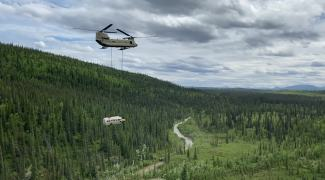 Isca mortal para turistas, ônibus de 'Na Natureza Selvagem' é removido no Alasca