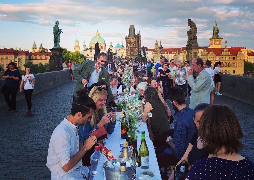 Praga comemora fim do isolamento com jantar em mesa de 500 metros