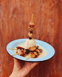 Foto do prato de espetinho de coração de lula do Mescla, em São Paulo