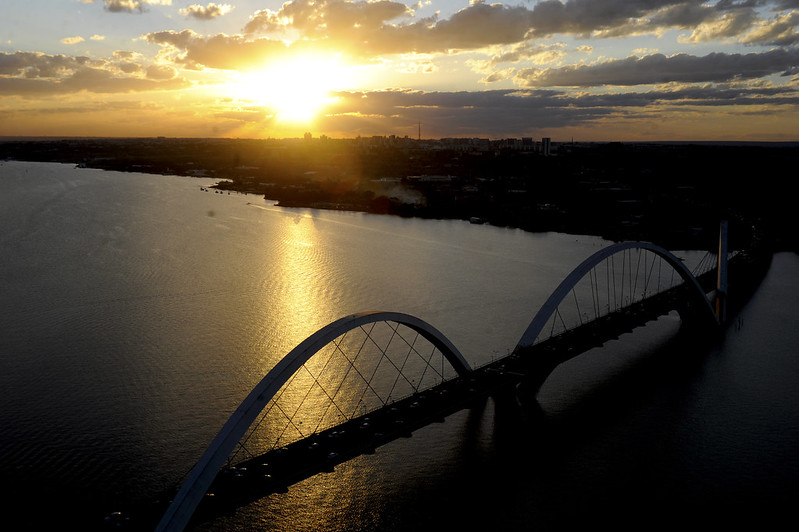 Vista aérea do Lago Paranoá em Brasília-DF. Detalhe da Ponte JK.