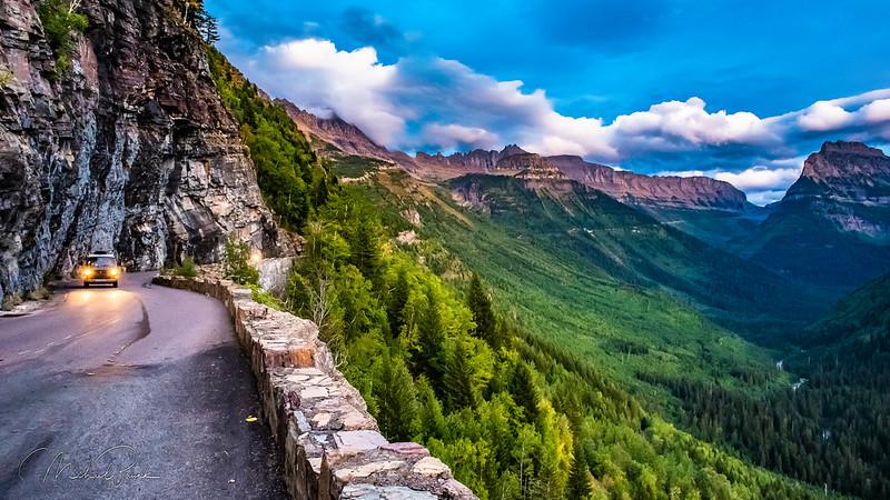 Foto ao anoitecer subindo a Going-to-the-Sun Road no Glacier National Park