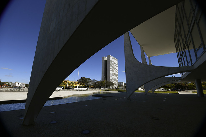 Colunas da fachada do Palácio do Planalto com vista para o prédio do Congresso Nacional.