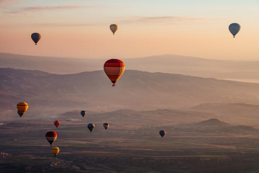 Foto de balões sobrevoando a região da Capadócia, na Turquia