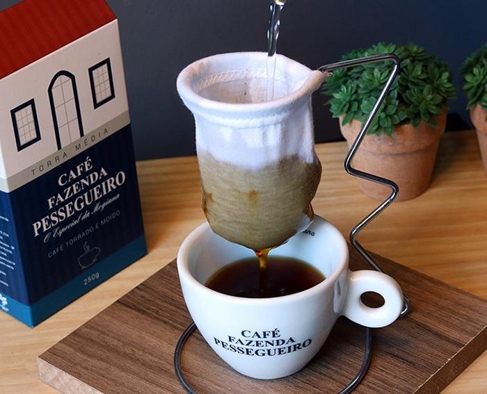 Foto de café da Fazenda Pessegueiro sendo coado numa xícara