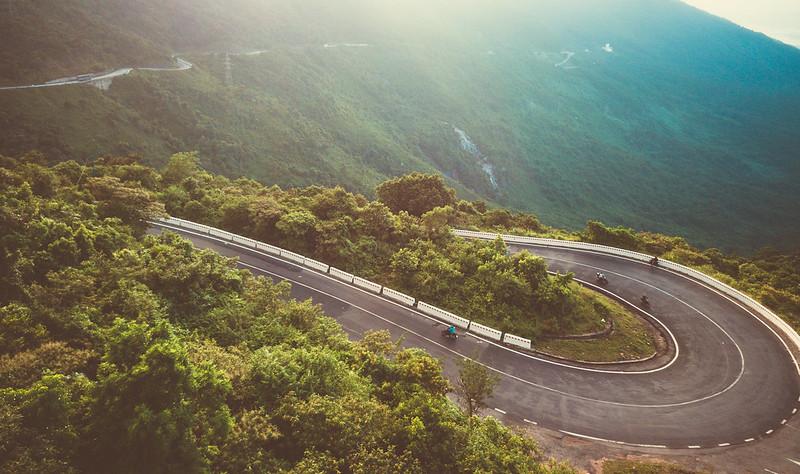 Foto de uma curva no Ha Van Pass, Vietnã