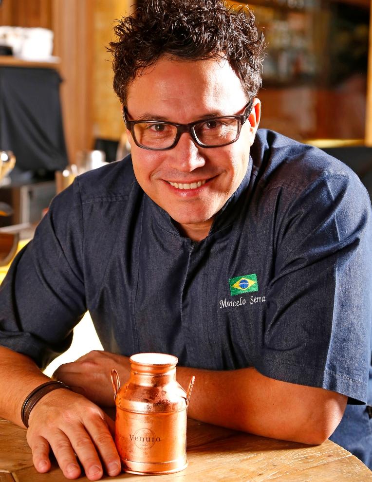 Foto do bartender Marcelo Serrano junto do drink Venuto