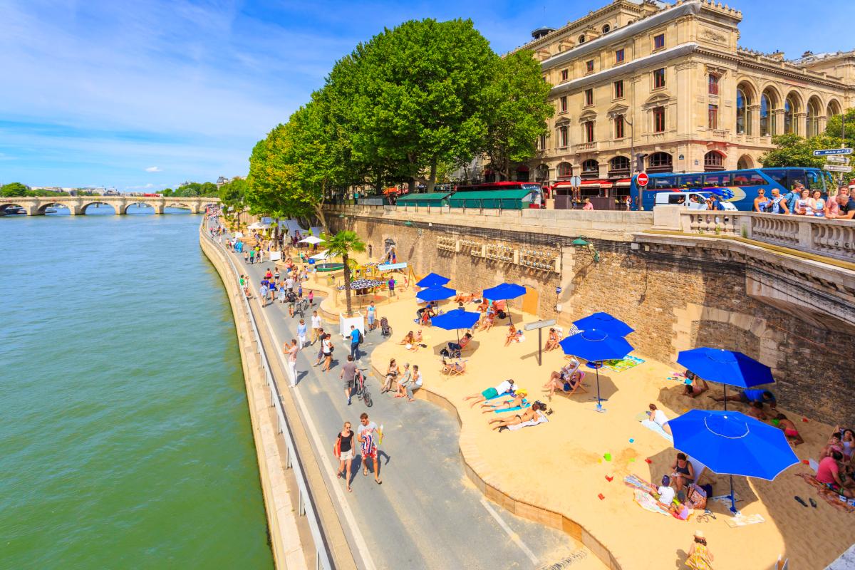 Foto de praia artificial em Paris durante o verão ao lado do Rio Sena