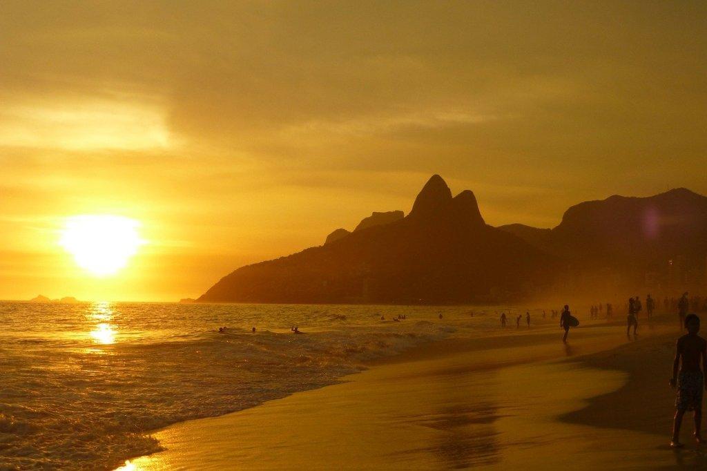 Foto de Ipanema no por do sol, com morro dos Dois Irmãos atrás