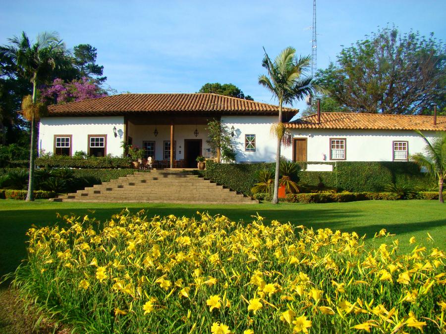 Casarão do Capoava Hotel com destaque para os jardins