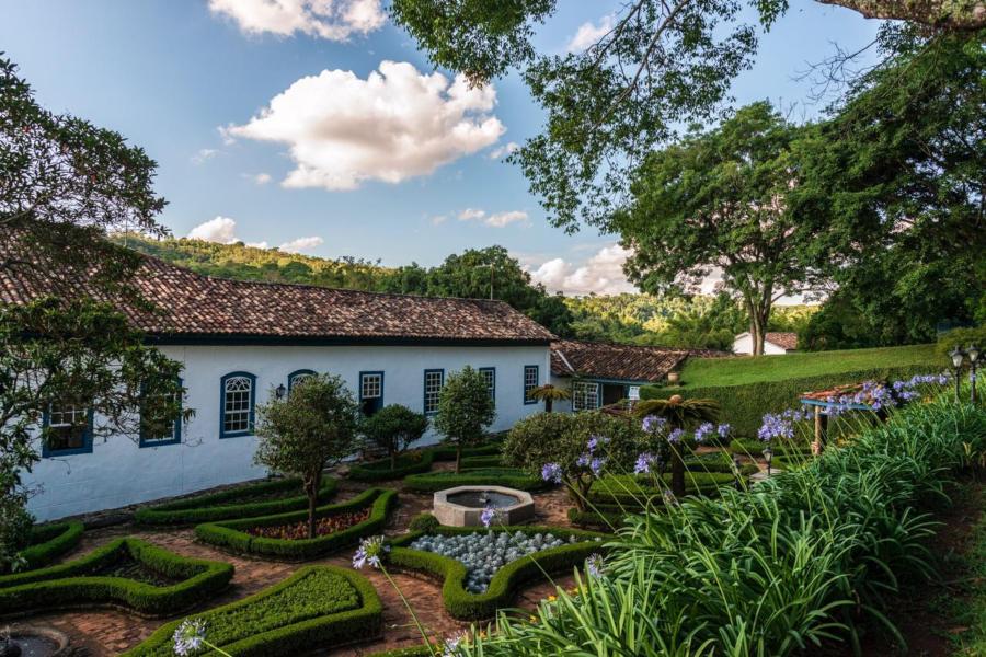 Casarão e jardins da Fazenda Dona Carolina