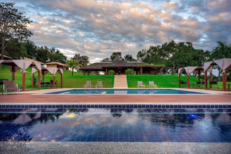 Foto do deck da piscina da pousada Boyra, em Bonito