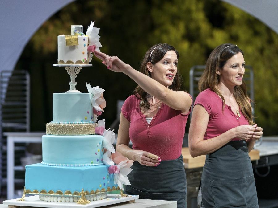 Foto de um bolo e competidores da competição Bolo Perfeito