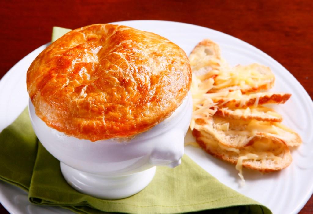 Sopa de cebola com massa folhada do Bistrot de Parigi (Foto: Helena de Castro)