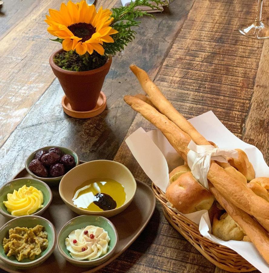Couvert com pães artesanais do Vicolo Nostro