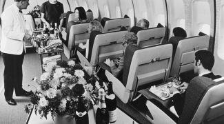 Caviar, pratos de porcelana, drinks: como era viajar de avião no passado