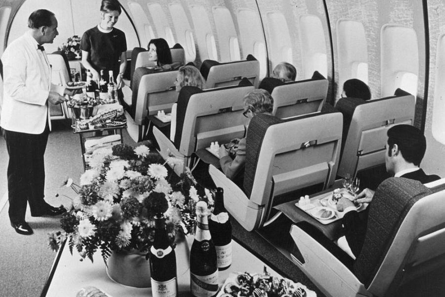Foto em preto e branco da primeira classe em um avião modelo 747