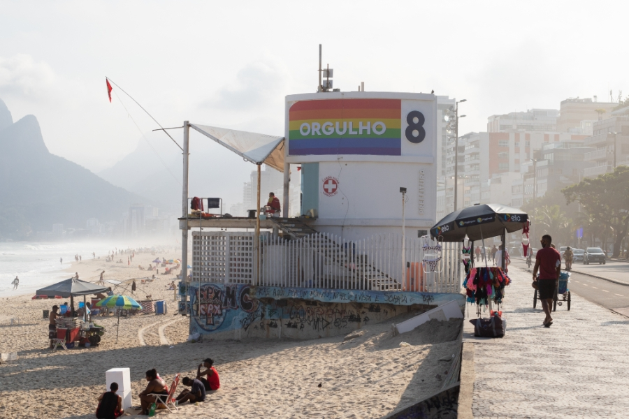 Mensagem do mês do orgulho LGBTQIA+ na orla do Rio