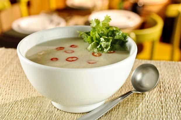 Sopa de frango à moda Thai do Petit Comité (Foto: divulgação)