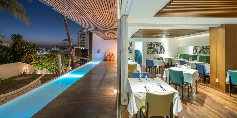 Terraço com restaurante, piscina e área aberta com redes do Zank by Toque Hotel