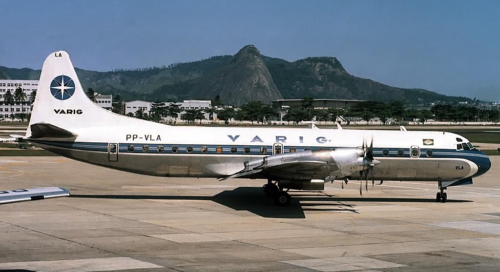 Foto de um avião modelo Electra da Varig