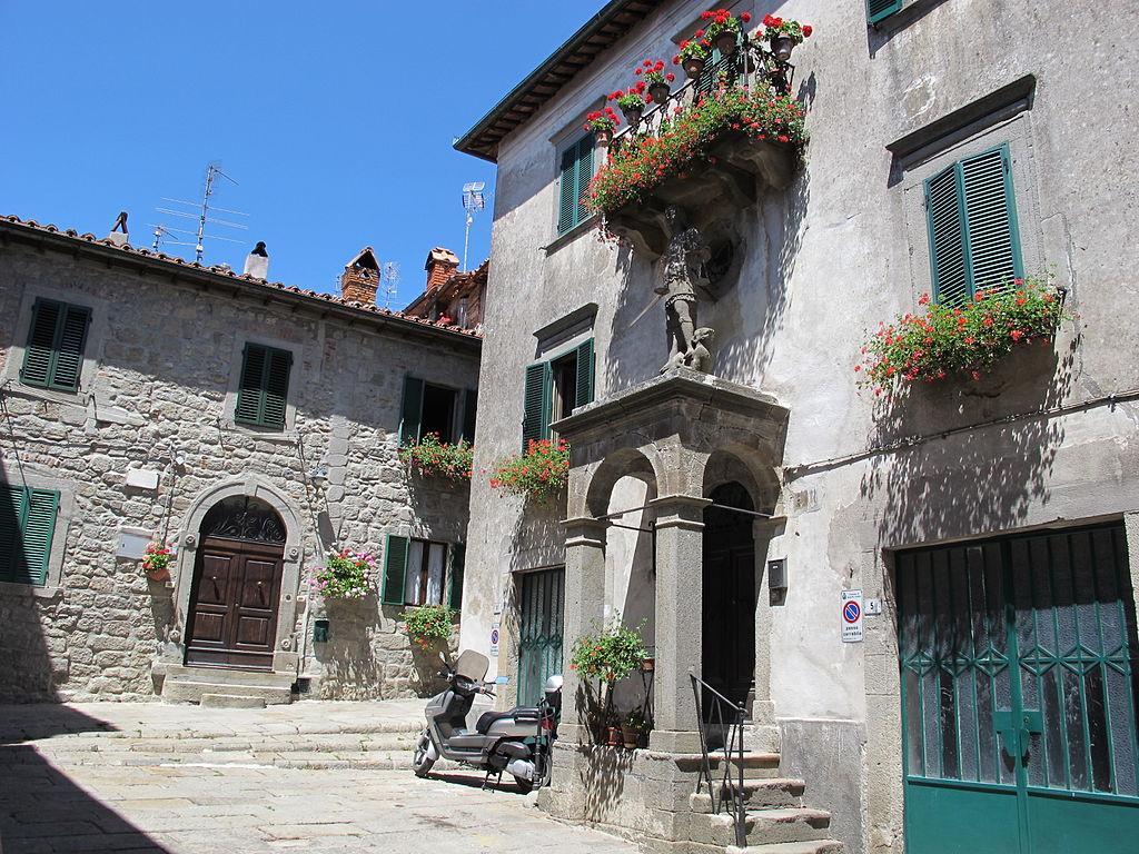Praça San Michele, em Santa Fiora, com construções típicas do interior da Itália (Foto: Wikimedia Commons)