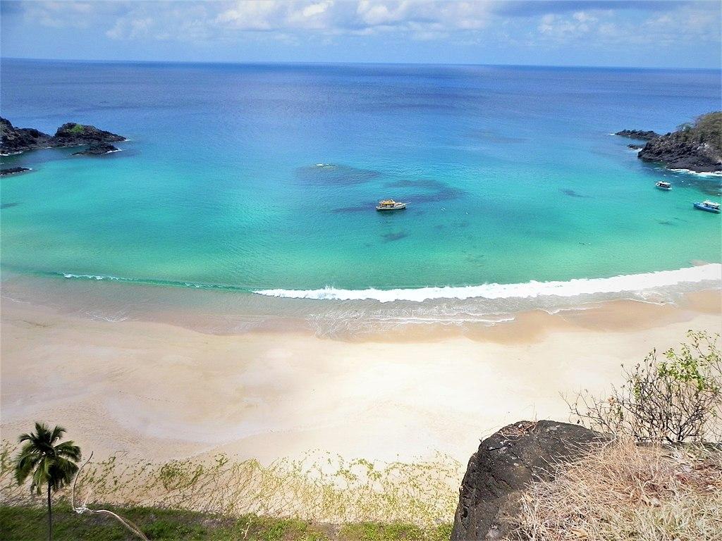 Vista da Praia do Sancho em Fernando de Noronha