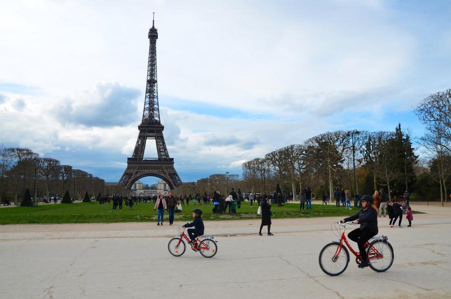 Família anda de bike em Paris