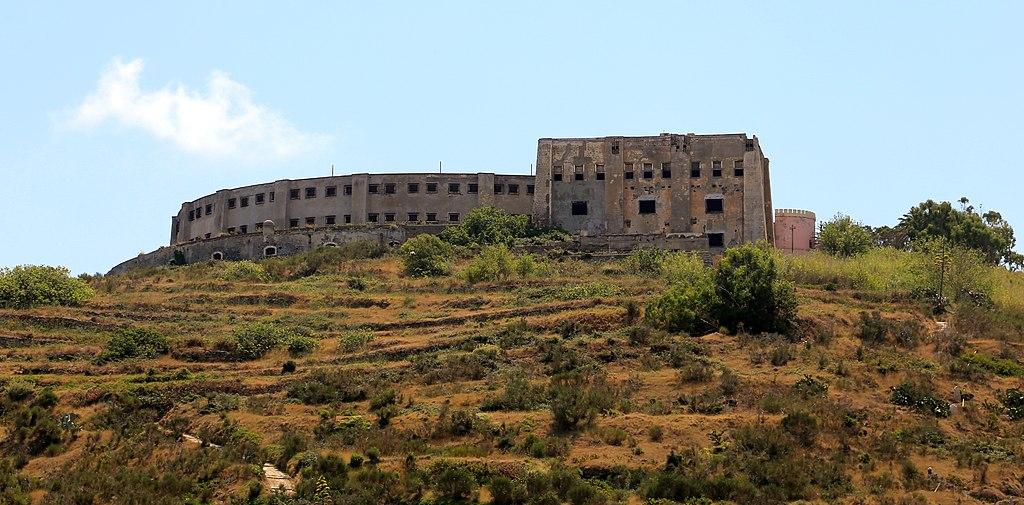 Visão de fora da prisão de Santo Stefano, na Itália