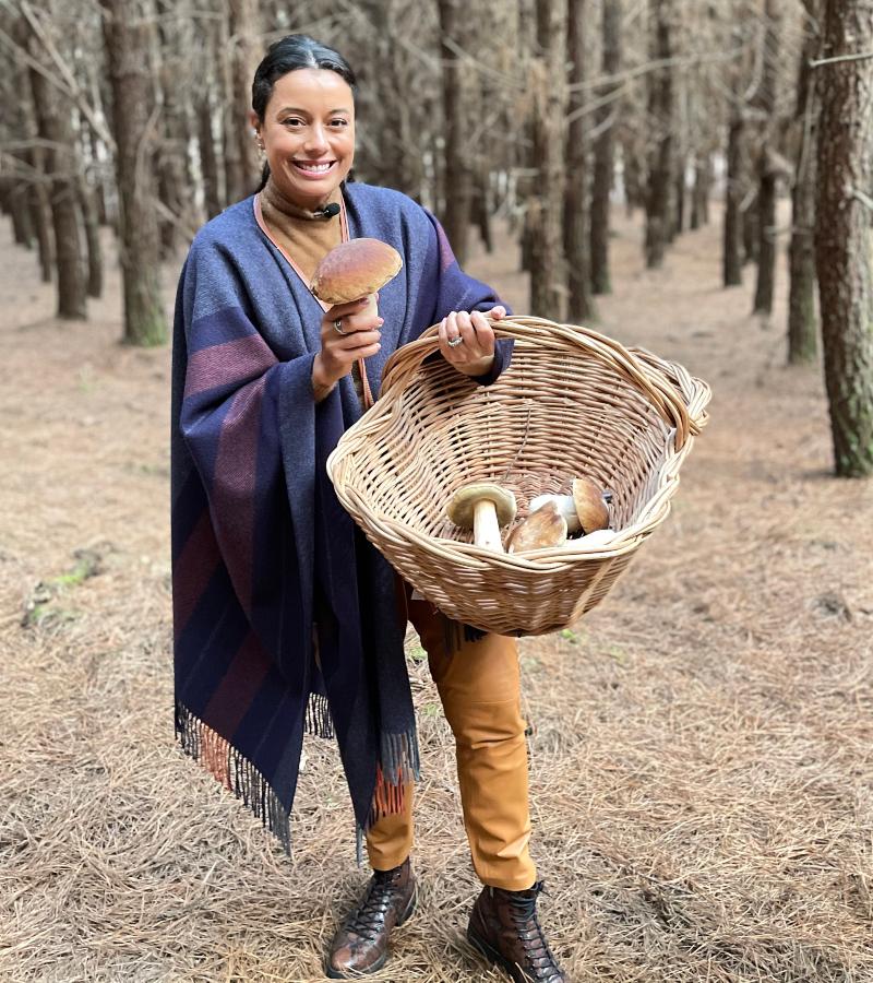 Dani Filomeno colhe cogumelos na Floresta de Pinos