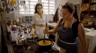Janaína Rueda ensina a preparar um cuscuz de galinha caipira