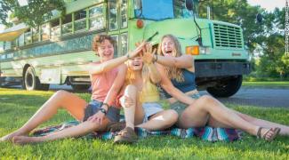 Três jovens descobrem que eram traídas pelo mesmo homem, viram amigas e viajam juntas