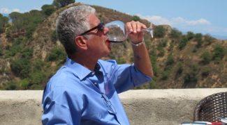 Bourdain mergulha no mar e nos sabores da Sicília