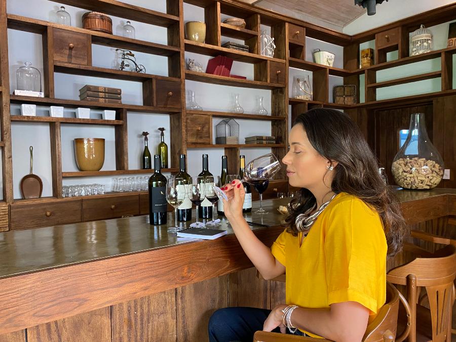 Dani Filomeno experimenta vinhos da Guaspari