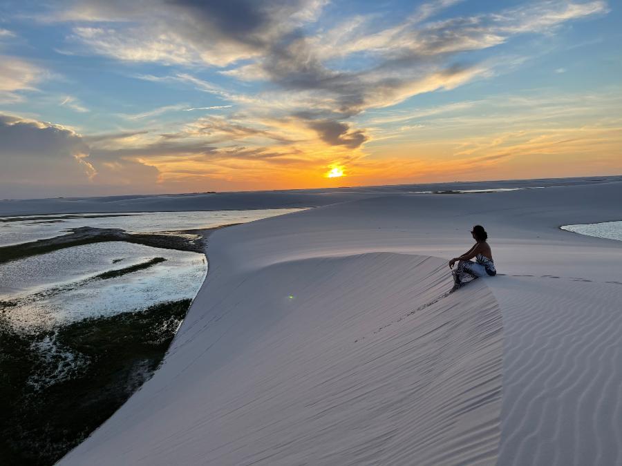 Daniela Filomeno no por do sol das Lagoas Emendadas