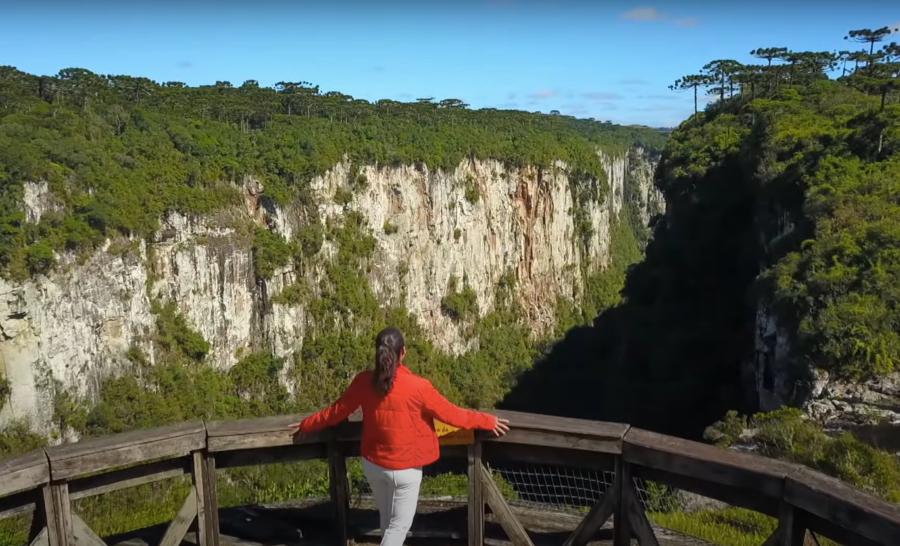Daniela Filomeno em mirante em Cambará do Sul