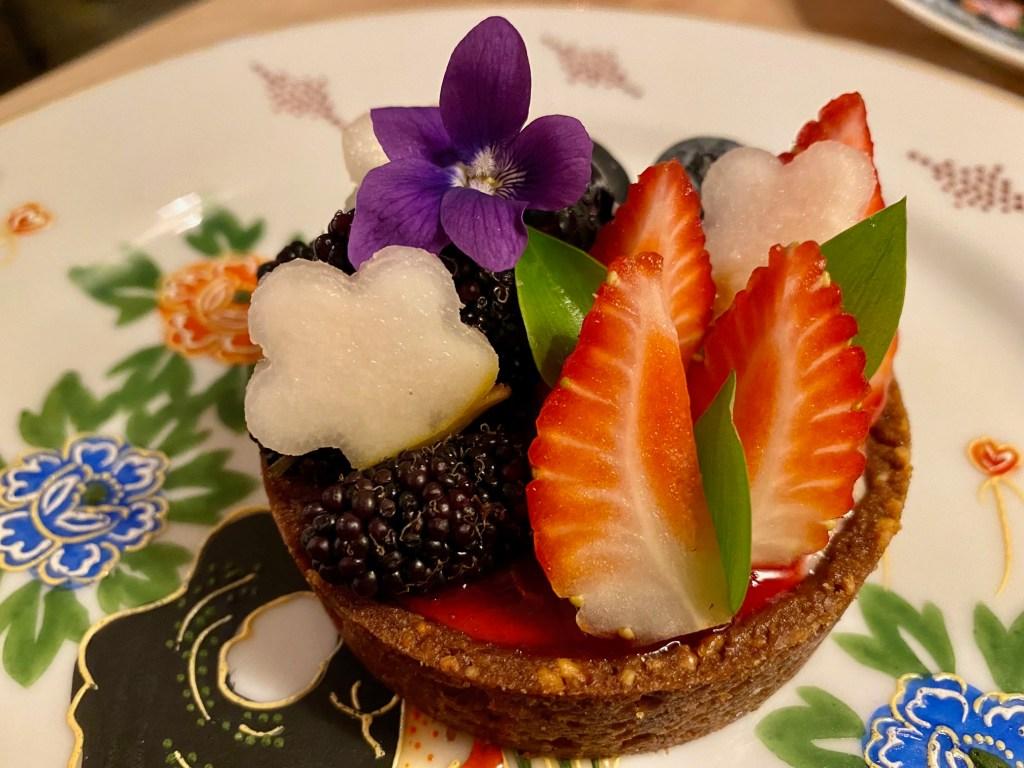 Torta Ridícula das Deusas, com pêra asiática, gengibre, frutas vermelhas do dia e baunilha (Foto: Tina Bini)
