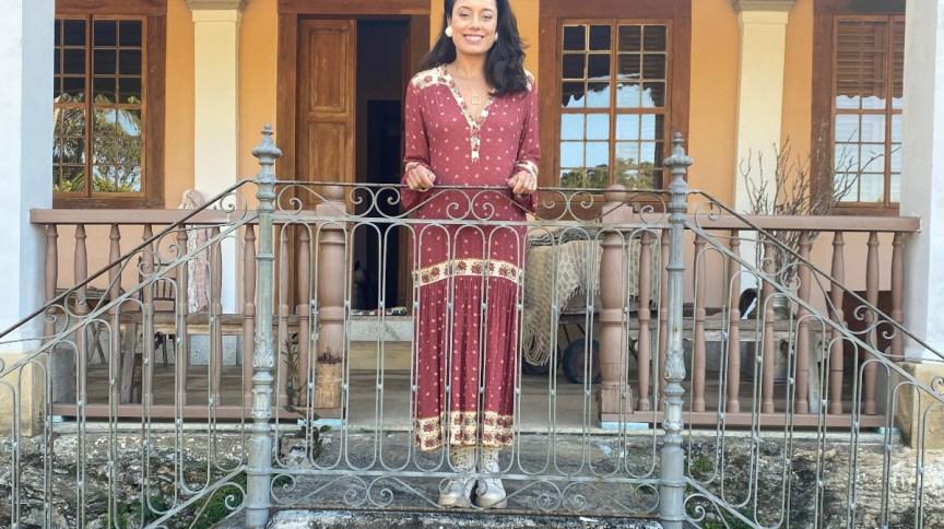 Daniela Filomeno na varanda do casarão da Fazenda Alliança datada do século XIX