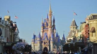 Disney lança novo recurso que permite furar fila e organizar experiências com princesas e vilões