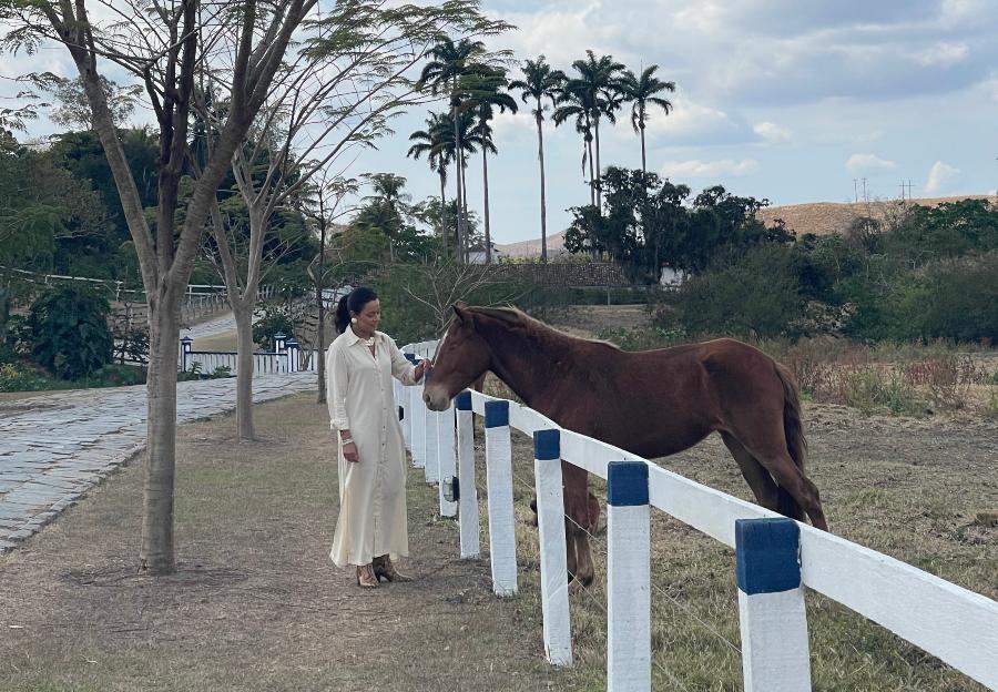 daniela filomeno junto de cavalo na fazenda sao luiz da boa sorte