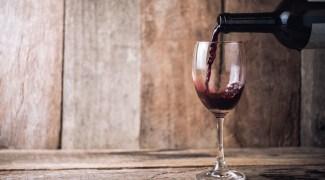 Por que certos vinhos podem custar fortunas enquanto outros são tão baratos?