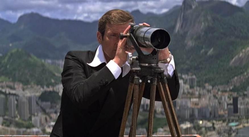 Roger Moore como o agente James Bond no filme 007 contra o Foguete da Morte, com cenas gravadas no Corcovado, no Rio de Janeiro