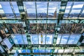 Atração ocupa últimos andares do quarto prédio mais alto da Big Apple e conta com elevadores de vidro e instalação permanente de arte