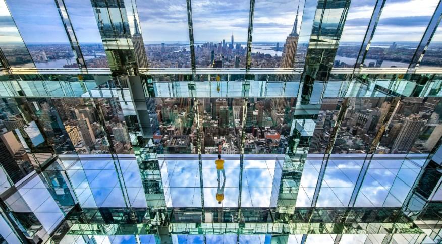 Atração no pico do arranha-céu One Vanderbilt também possui instalação de arte que brinca com o limite dos espaços e a reflexividade