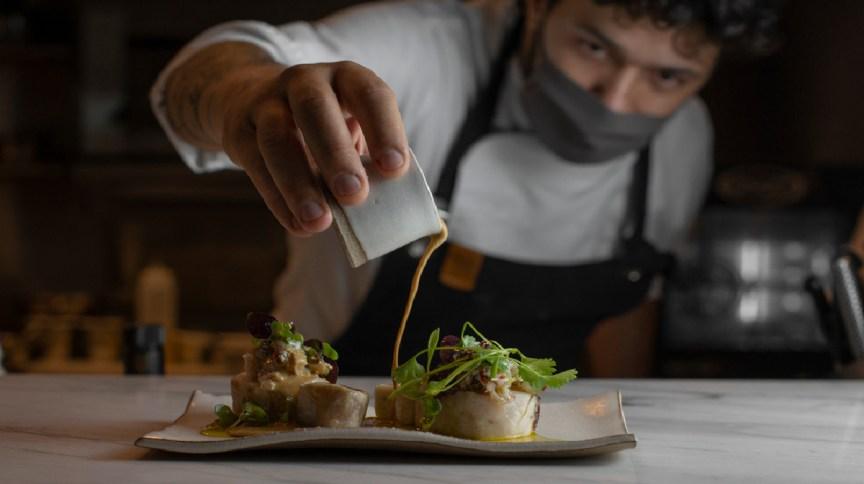 Preparo de um dos pratos do OBST., restaurante com cardápio sazonal no centro de Curitiba