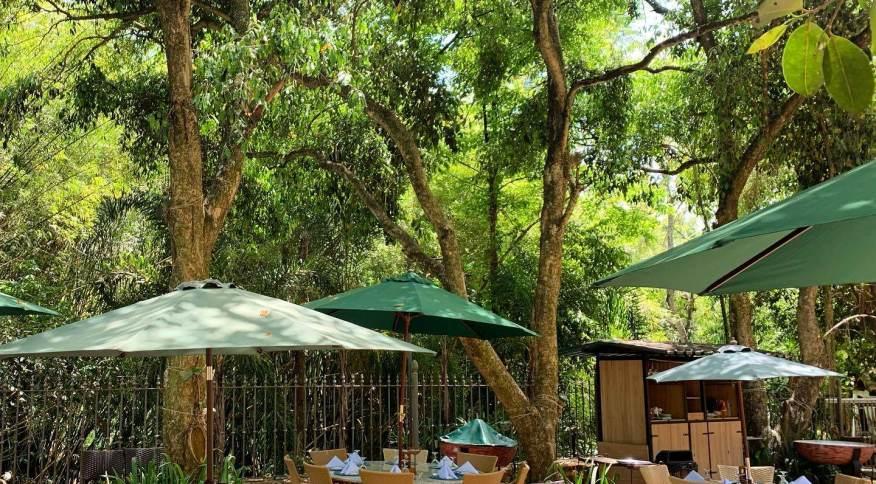 Varandas e mesas ao ar livre são os ambientes mais procurados nos restaurantes. Na foto, o Vila Paraíso, que oferece área aberta com muita natureza no entorno